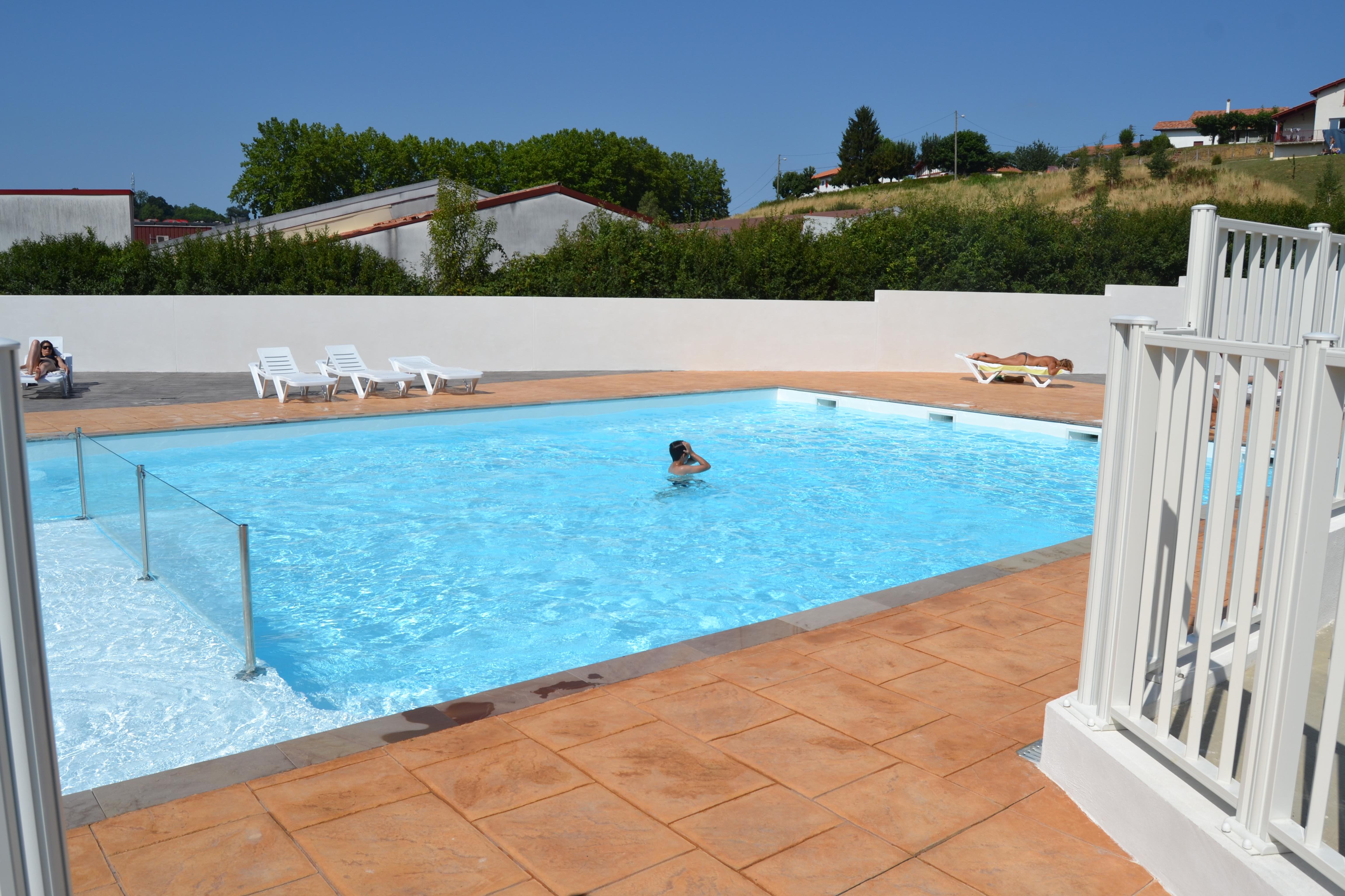 Camping con piscina para la relajaci n hasparren pa s vasco for Camping en la rioja con piscina